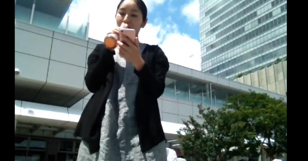 新宿駅前で歌う女性の姿