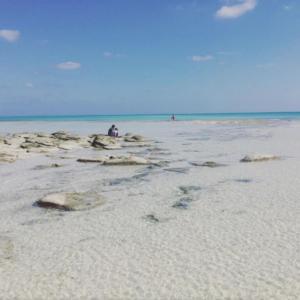 久米島の畳石の白砂浜と青い海