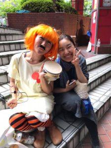 大阪歓魂祭の舞台が終わりホッとしている女性2人