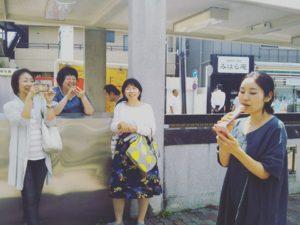 仙川駅前でマイクを使って歌う女性たちの様子