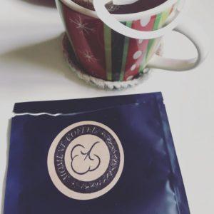 インスタントドリップコーヒーの袋の封を切った写真