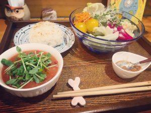 発酵料理のサラダとスープとおむすびのプレートごはん