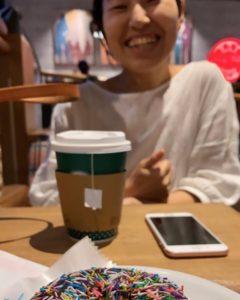 カフェでお茶しながら笑っている女性