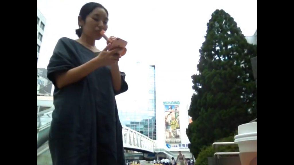 新宿駅前で歌っている女性