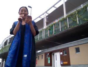 鶴巻温泉駅前でマイクで尾崎紀世彦のまた逢う日までを歌う女性