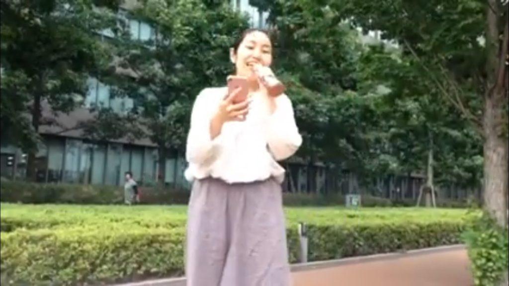 中野の大きな公園でマイクで歌う女性