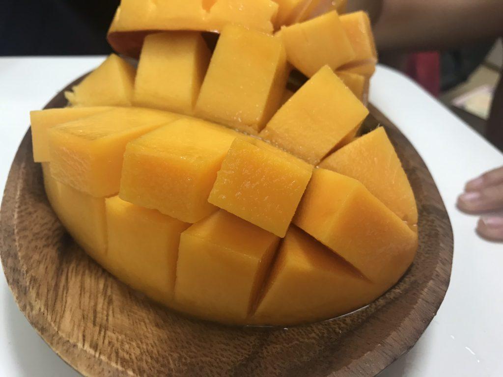 完熟マンゴーのカットしてお皿に並べられたもの
