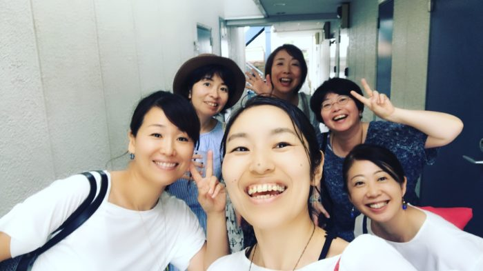 お腹DE演劇部の稽古日の集合写真に6人の女性が写っている写真