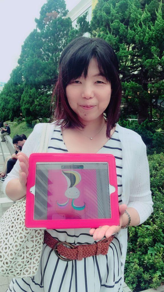 新宿駅前の野外で楽しそうに微笑む女性