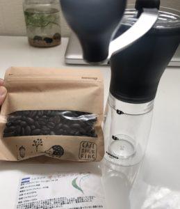 珈琲豆と手動の豆を挽くミルサー