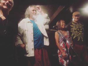 ジャズのライブが終わり出演者が並んで笑っている写真