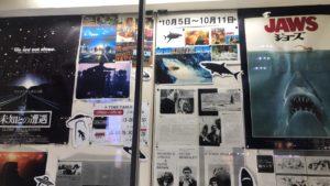 古い映画館のリバイバル上映されていた古い映画のポスターが並ぶ写真