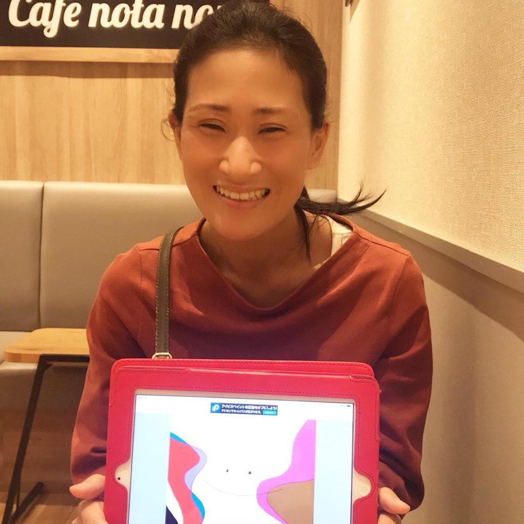 都内のカフェでセッションを受け終わり満面の笑みで微笑む女性
