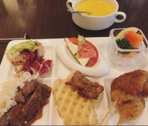 ホテルのランチビュッフェの豪華なご飯がのったプレートの写真