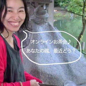 井の頭公園の銭洗弁天で満面の笑みでお札を洗っている女性