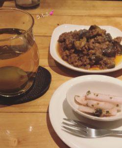 麻婆茄子と大根の漬物とホット梅酒が並んだ机