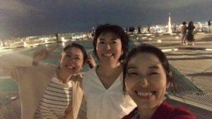 六本木ヒルズの屋上にある屋外展望台で記念写真を撮る女性達
