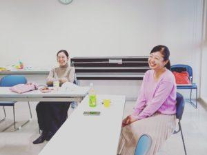 人の面白い話を聞いて大笑いする2人の女性