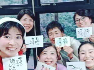 それぞれ今の状態にあったものが現れるメッセージカードを引いて記念撮影をする女性たち