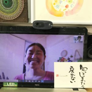 パソコンの画面越しにカウンセリングを受ける満面の笑みの女性