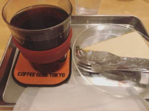自家製コーヒーとスイーツのカフェのレアチーズケーキとコーヒー