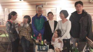 親族みんなで集まってご飯を食べて、小さな子どものお誕生日をお祝いして居る記念写真
