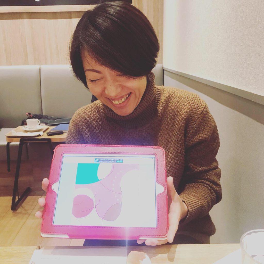 カフェで行ったセッションでご自身の魂のイラストを持って微笑む女性