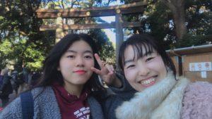 明治神宮の大鳥居の前で記念写真を撮る親娘