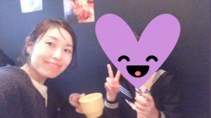 制服姿の中学生の娘と一緒にクレープを食べている女性