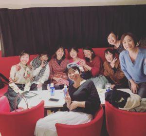 プラネタリウムバーのソファ席で記念撮影をする女性の集団