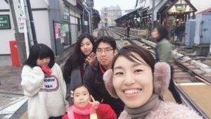 江ノ電の線路で記念写真を撮る家族