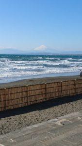 江ノ島の海から綺麗に見える富士山の様子