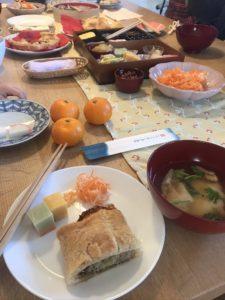 机の上に並べられた数々のおせちとご馳走料理