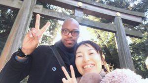 明治神宮の大鳥居の前で写真を撮るアメリカ人男性と日本人女性