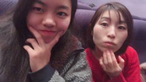 映画館の中で顎の大きさを気にしながら写真を撮る女子高生とそれを不思議に思っている母親