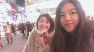 渋谷のスクランブル交差点を渡りながら嬉しそうに自撮りしている親娘