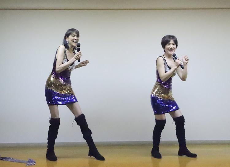 ピンクレディーのペッパー警部のモノマネを歌う女性二人