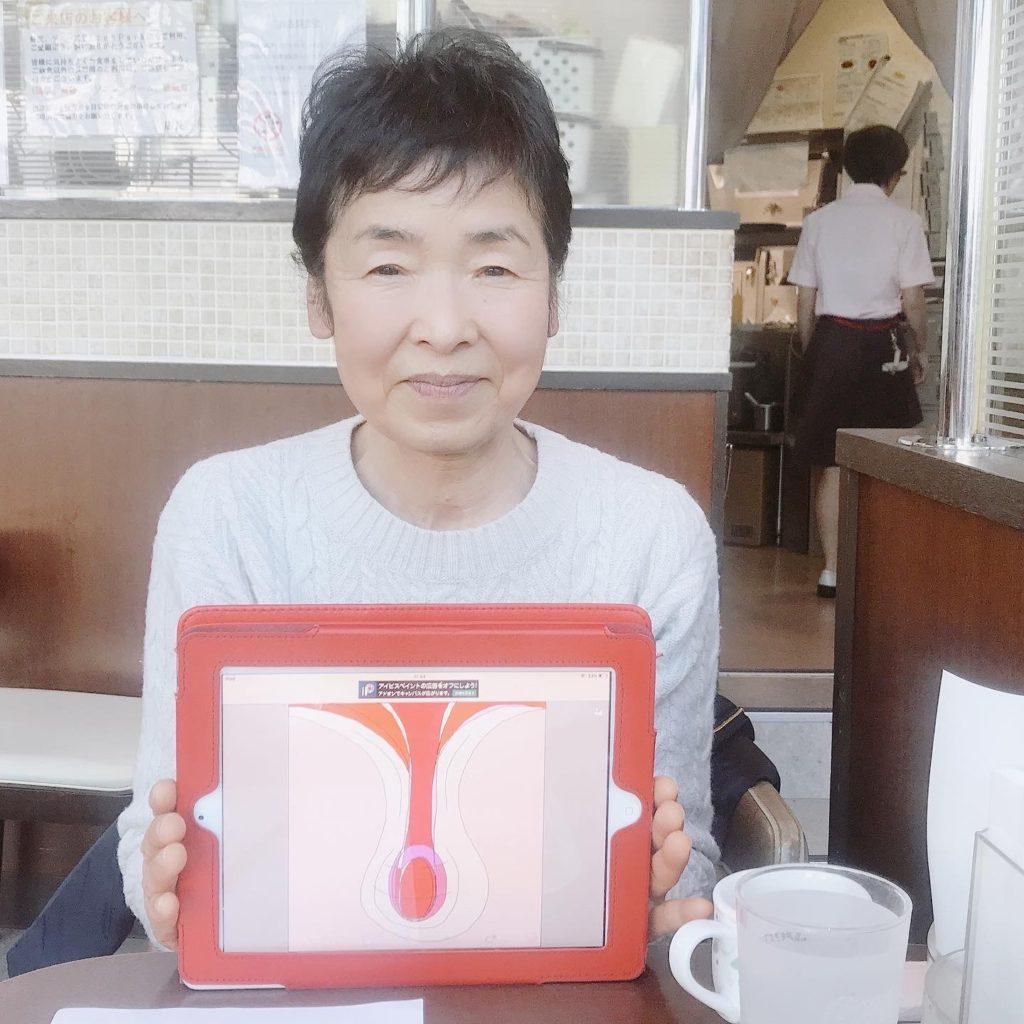 大崎のジョナサンでのセッションを終えた後に魂のイラストを掲げて微笑む女性