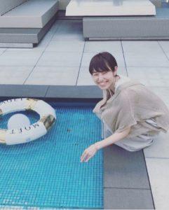 銀座の駅ビルの屋上プールで遊ぶ女性